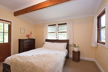Queen Room with Balcony Surrounded by Nature - Ewingsdale - House