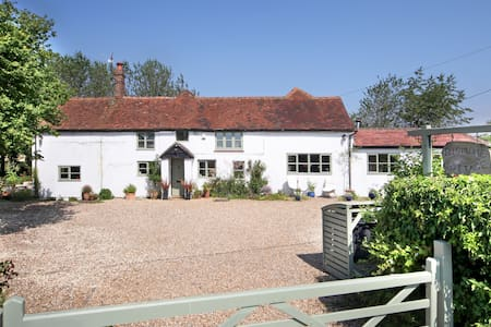 Country cottage in the Chilterns - secure parking - House