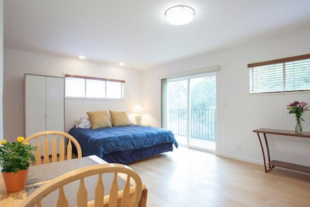 My Studio City guesthouse is a newly renovated 1 bedroom/1 bath with a private entrance next to my driveway.  My hillside home is on a very quiet street and is close to Universal city, great restaurants, and Fryman Canyon.