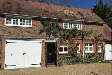 Charming, detached period cottage - Lingfield