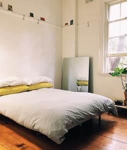 Charming light filled Room - Potts Point - Apartment