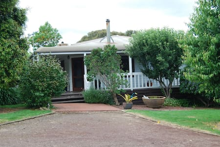 Holly Ridge - A Country Cottage for Mt Buller - Bed & Breakfast