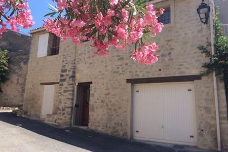 Maison atypique au pied du Luberon - Grambois