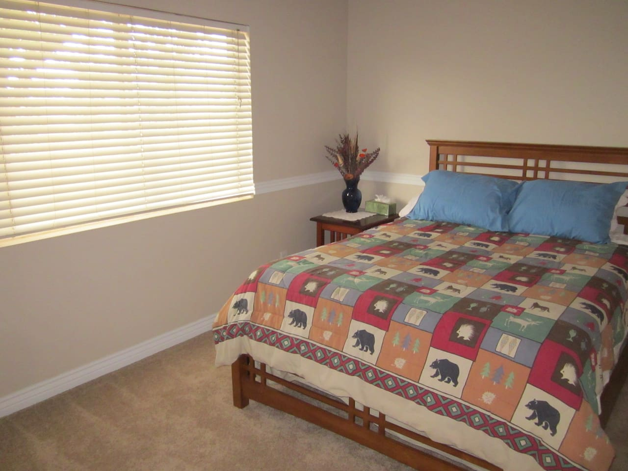 Medium guest room.