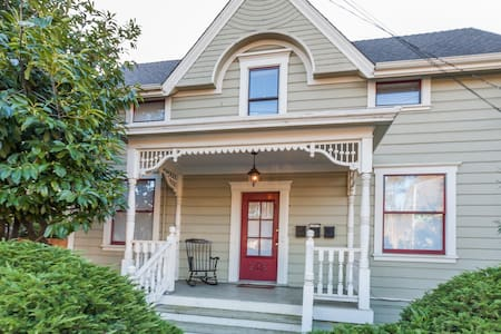 Nicely's ~ Historic  Victorian Flat