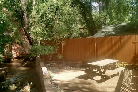 Cabin on the River in Downtown Manitou Springs - 小屋