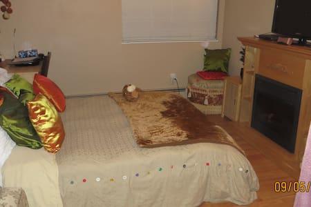Private calm room near Richmond Centr KPU Skytrain - Richmond - Apartment