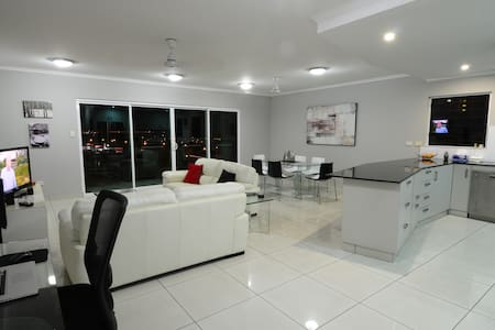 SPACIOUS 3 BED 2 BATH AIR CONDITIONED APARTMENT - Darwin City