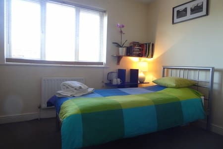 Spacious room  Wifi & Kettle - Burgess Hill - Rumah