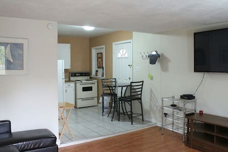 Trendy east side apartment - Windsor - Apartment