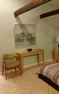 Beautiful renovated attached Studio in the Ballast Point area. Few blocks from bayshore. Block from publix,  Target and Starbucks. Few minutes to Mac Dill AFB and Downtown. 7 miles to the airport. 30 minutes to clearwater and saint Pete. Ybor city is just 10 minutes away.