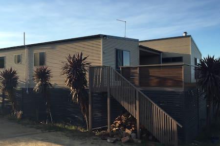 Secluded beach house - sleeps 8 - Maison