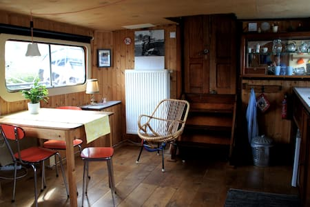Romantic deckhouse on old barge - Bed & Breakfast
