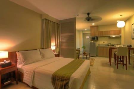 Azalea Hotel Deluxe with Front View Balcony - Apartemen