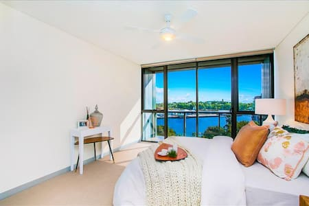 Waterfront luxury room, water views, mins to CBD - Apartamento