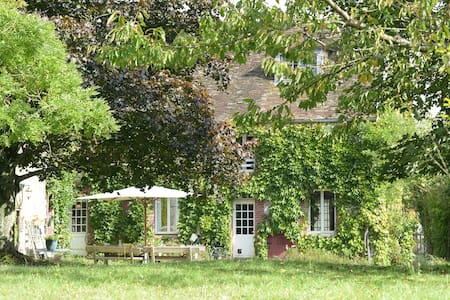 \\The Little Red House// Champagne - La Forestière - Rumah