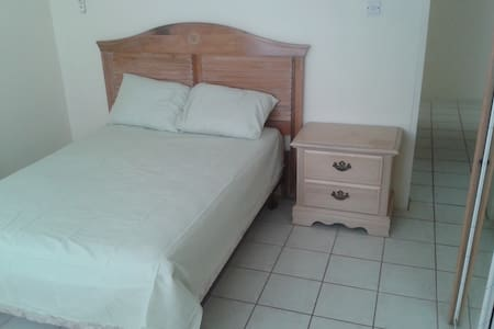 Close to airport, close to city - Basseterre - House