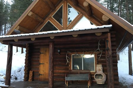 Log cabin nestled in the mountains - Cabin
