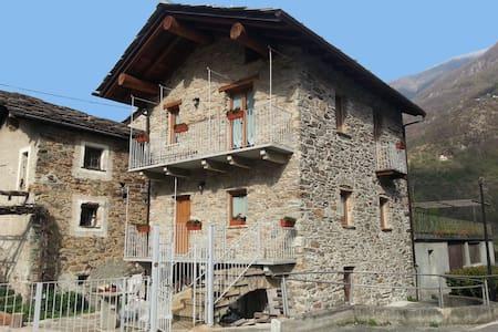 Tipica casetta in pietra in Valle d'Aosta - Aosta Valley - Hus