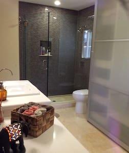 Lotus House Private Room/Bath Downtown - Santa Barbara - House