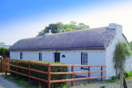 THATCHED COTTAGE  SW DONEGAL COAST - Hus