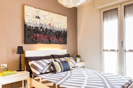 Bella camera, spaziosa e curata - Parma