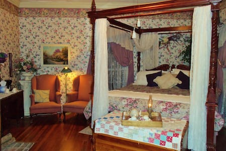 "Lylewood Inn B&B ""Lyle Room"" - Bed & Breakfast"