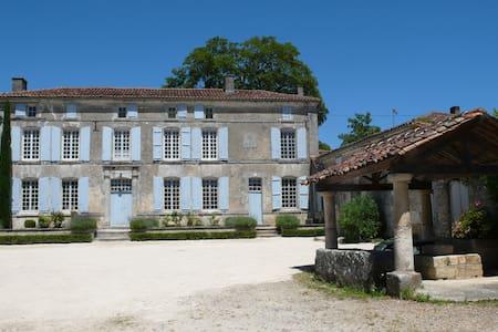 Maison avec cour de ferme et parc proche de Cognac - Casa