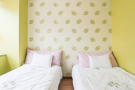 Twin Room 10 min away from Airport - Bed & Breakfast