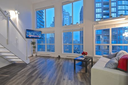 DOWNTOWN VANCOUVER 2 LEVEL LOFT