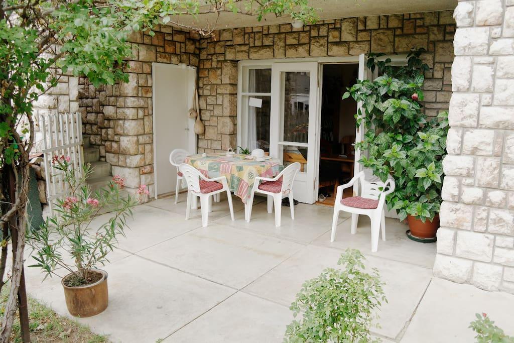 A kerti teraszon jól esik a városnézés után  megpihenni egy jó pohár bor mellett .