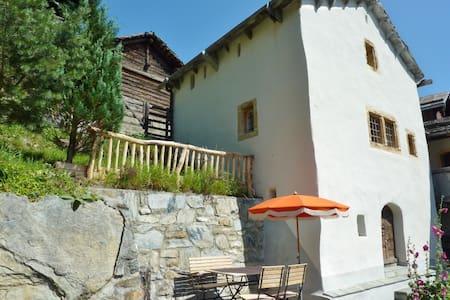 Kleiner historischer Turm mit idyllischem Garten - Haus