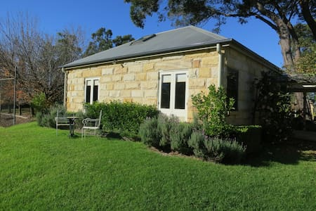 Garden Hill Spa Retreat: Magnolia Cottage, Berry - Hus