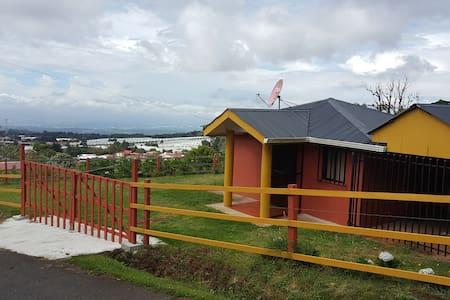 Cozy Mountain Cabin Near Airport and Poas Volcano - Kisház