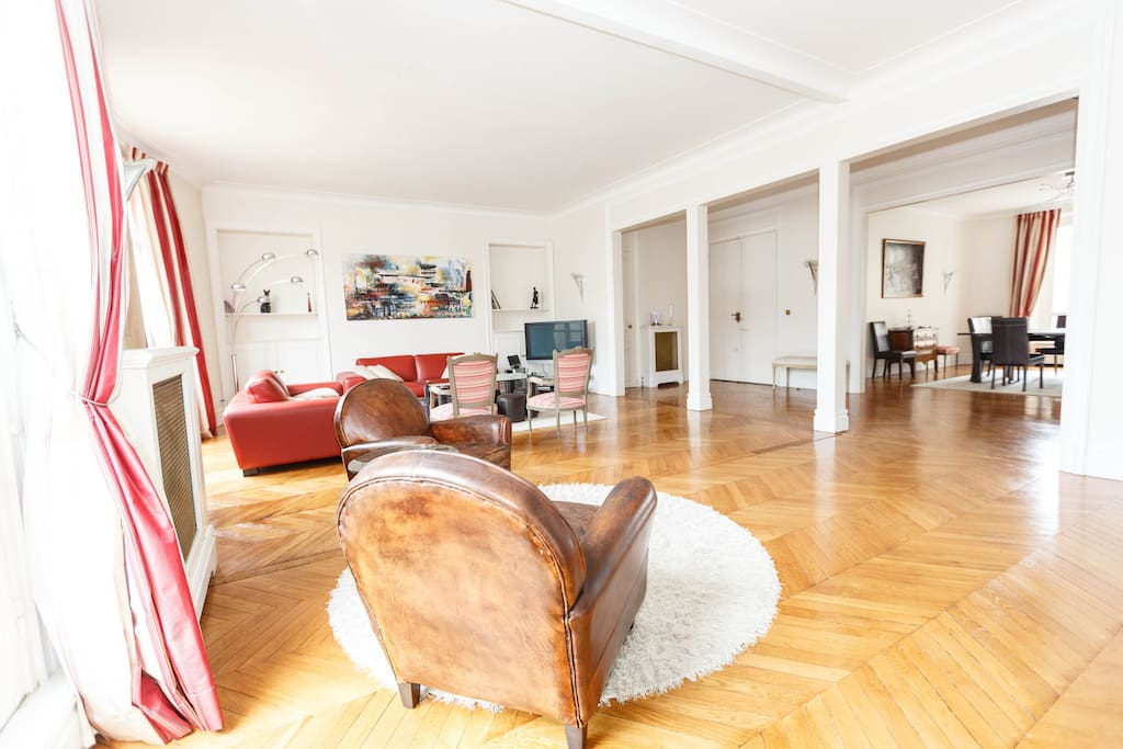 Spacious, double living room offering great perspectives