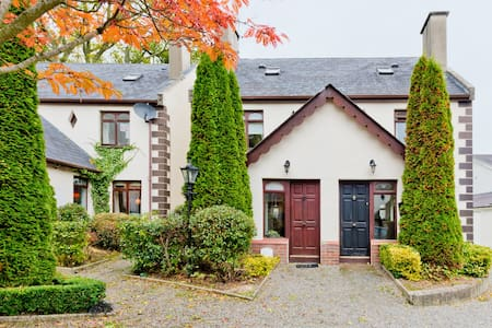 Cute 3 bed on golfcourse by lake - Haus