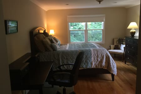 Spacious Master Bedroom in The Hill - Hus