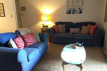 Our centrally located apartment is roughly 10 minutes from the mall and downtown. It is across the street from the PNC arena and carter-Finley stadium. There are numerous bars, breweries, restaurants (local and chain), places to shop, and activities to do!