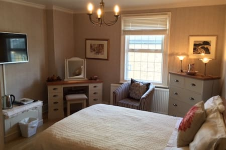 Charming room in period house - House