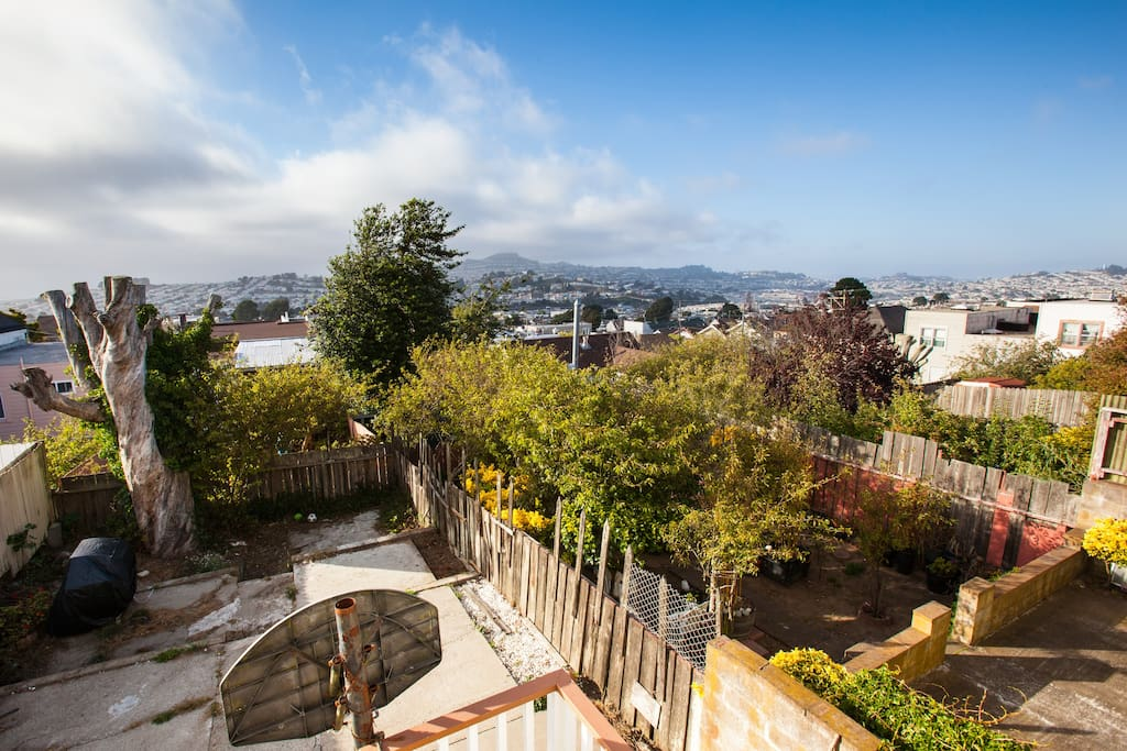 Amazing view from back deck - on the left is the ocean, the middle is Twin peaks, and on the right is downtown and the Bay