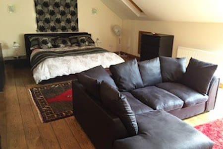 Contempory, spacious,quality loft - Rumah