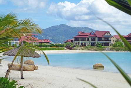 EDEN ISLAND - at the beach with private access