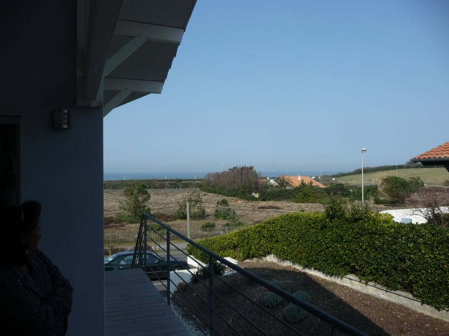 Vue mer depuis le haut des escaliers / Sea view from the top of the stairs