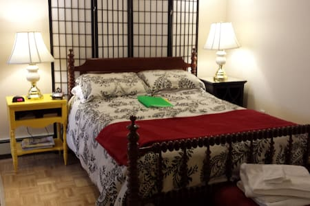 Studio near airport and downtown!