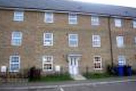 2 double bedrooms in a house to let - House