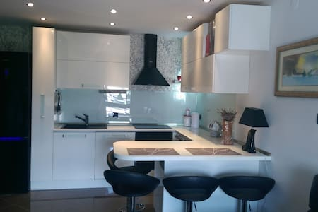 This is a new  modern apartment near the center of Split for 2 persons. The aparment is located on the 6th floor.Big parking in front of the bulding is free.