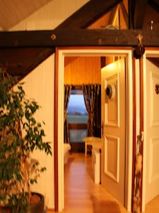 Charmante chambre boisée sous toit - Coffrane - Chalet