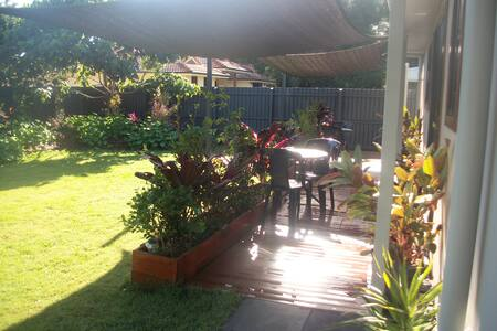 Bundaberg secure lush haven between City and Beach - House