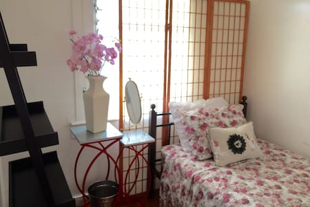 Twin Bed in Remodeled Home Waikiki
