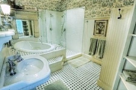 Large Romantic Private Cottage - Bed & Breakfast